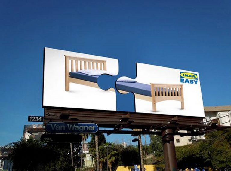 Publicidad exterior creativa para tu negocio en forma de valla de la marca Ikea formada por dos piezas de puzzle.
