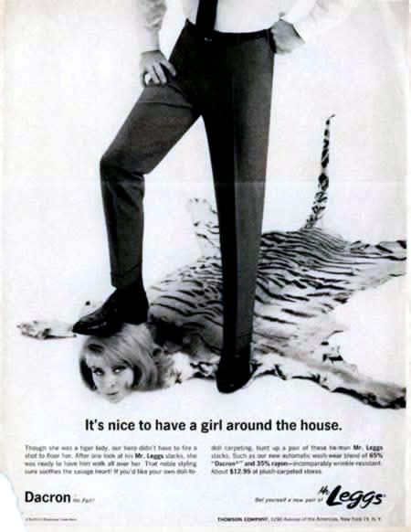 Anuncio antiguo de Legg en la que sale una mujer en forma de alfombra pisoteada.